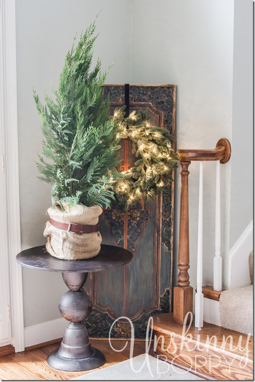 Love the belt on the burlap around the tree!