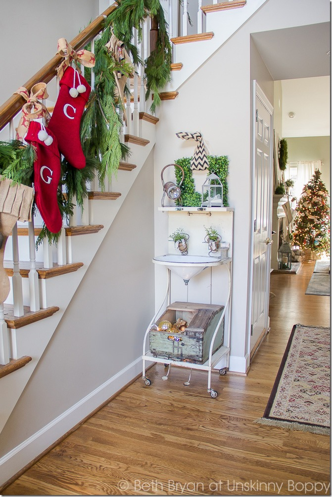 Holiday front porch decorations-- Great Christmas Decorating Ideas inside this post!