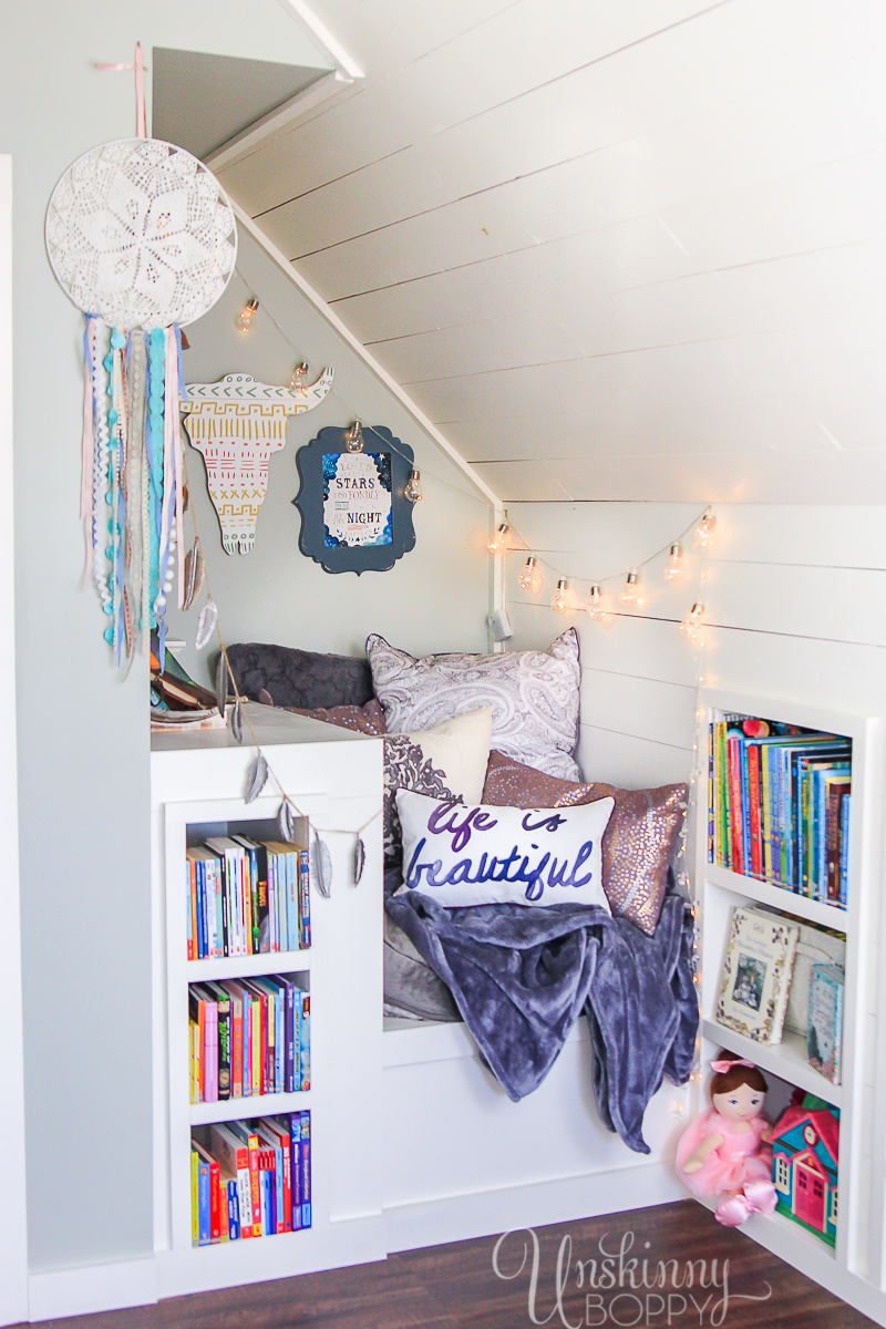 Cozy-Built-in-book-nook-in-attic-2