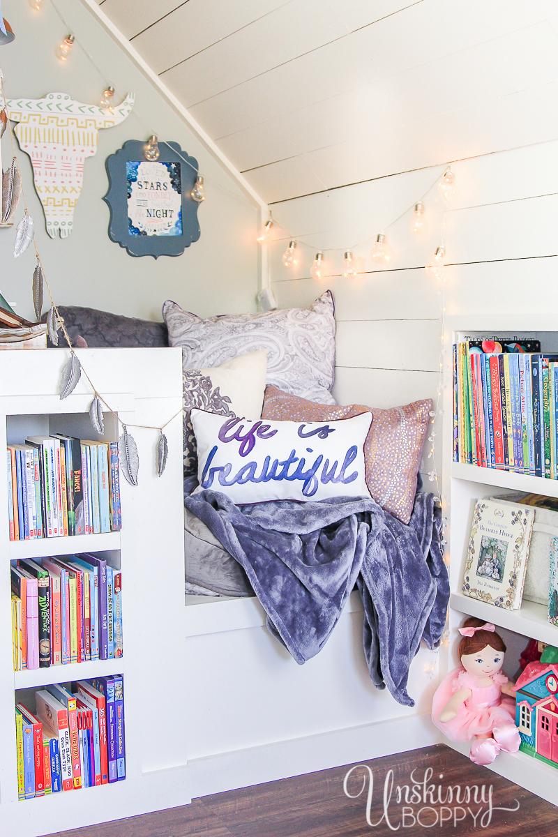 Cozy-Built-in-book-nook-in-attic-6