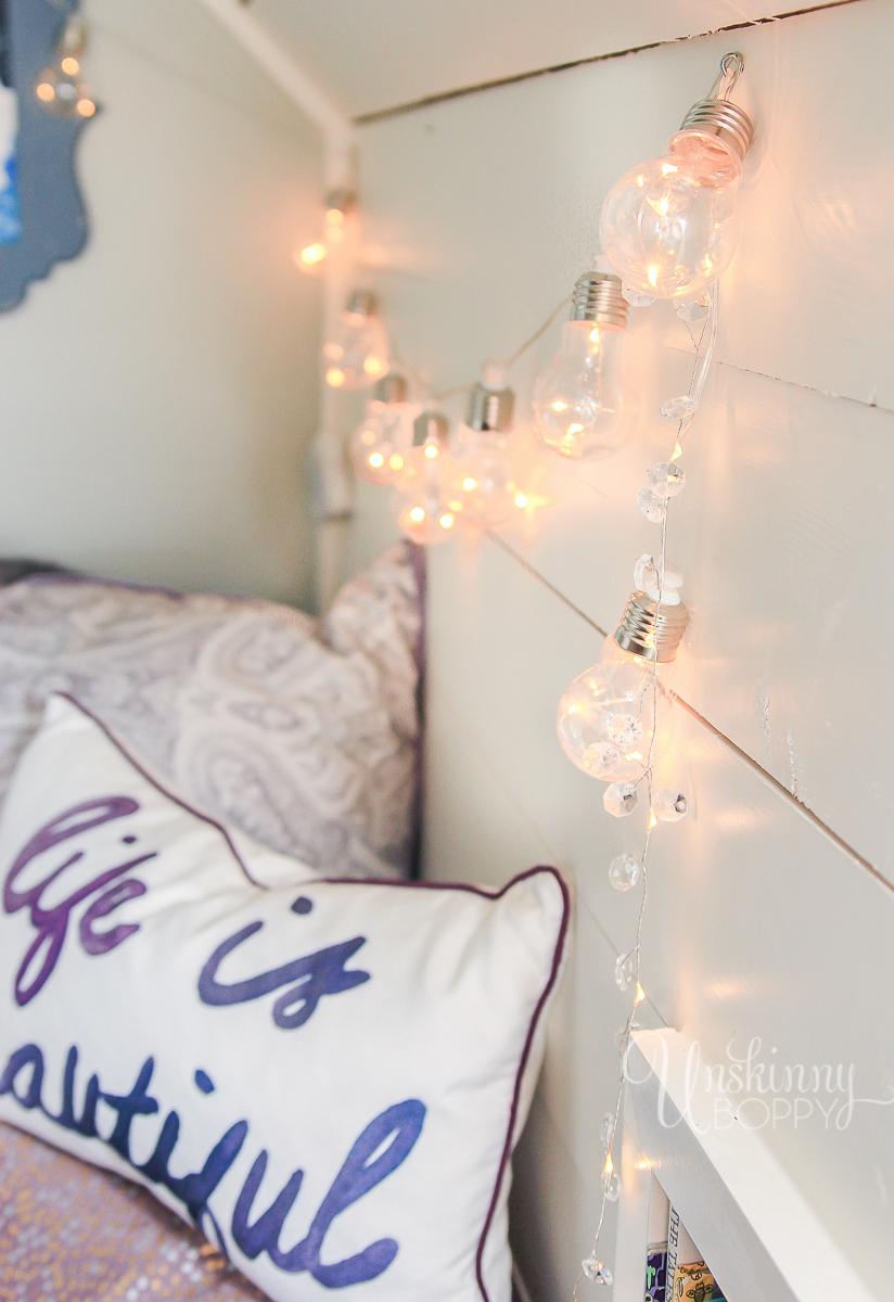 Cozy-Built-in-book-nook-in-attic-8