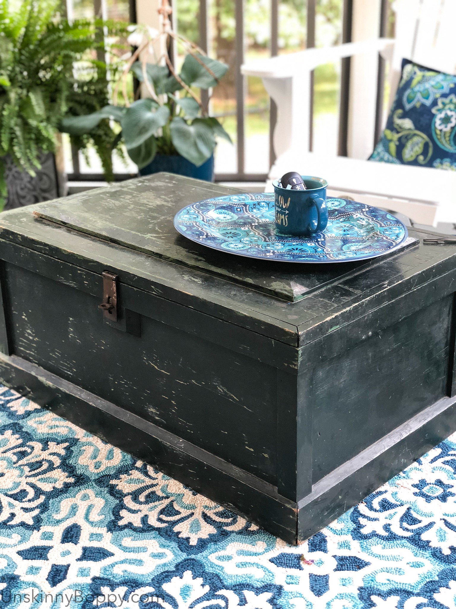 Old chest as a coffee table- Beautiful Screened Back Porch Idea