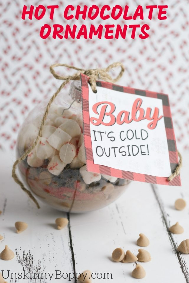 These homemade hot chocolate ornaments are the perfect DIY holiday gift! #DIY #homemade #hotchocolate #ornament